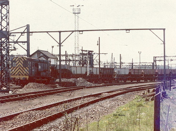 08611 shunts empties at Dewsnap sidings 10.5.1977.