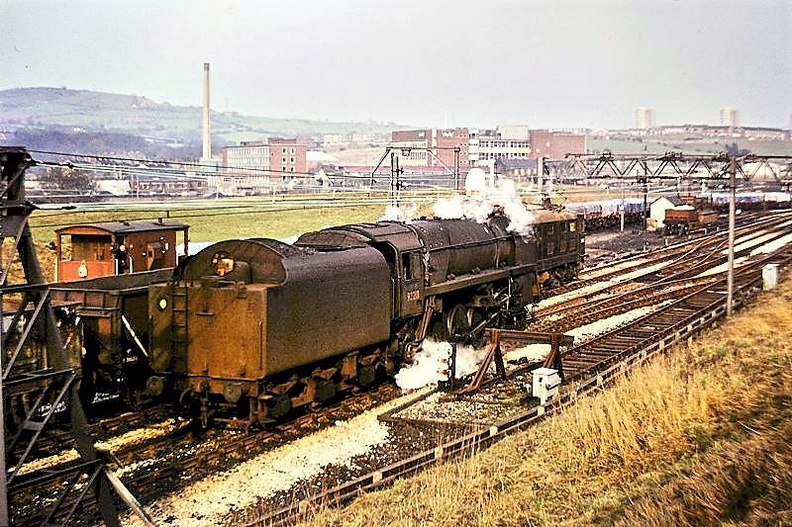 Godley Junction 30.3.68 92218 leaving light engine.jpg