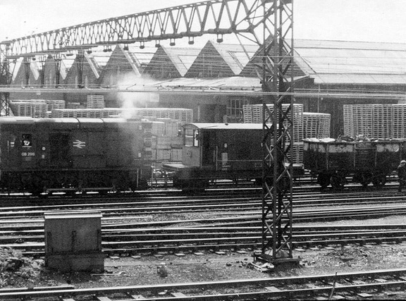08298 shunting a train of scrap metal at Dewsnap 10.5.1977 with Dukinfield Wagon Works in the background